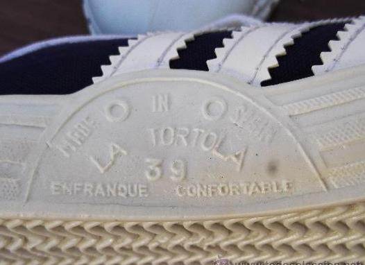 Detalle de la marca en unas zapatillas La tórtola